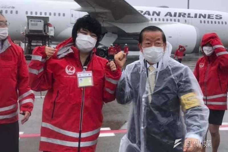 日本援台疫苗已於4日抵台,駐日代表謝長廷(右)臉書貼出專機運輸狀況。(取自謝長廷臉書)