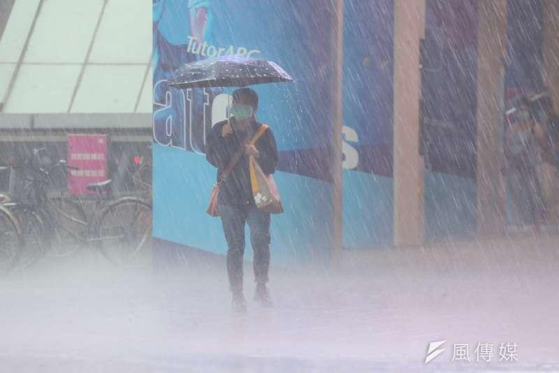 台北市4日豪大雨,有多處街道形成積水。(顏麟宇攝)