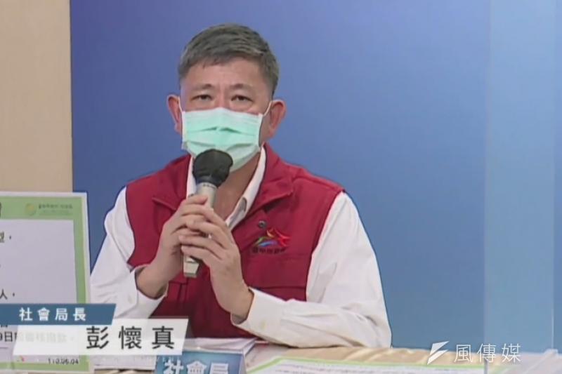 台中市社會局長彭懷真說明八類弱勢對象,生活紓困相關補助。(圖/王秀禾攝)