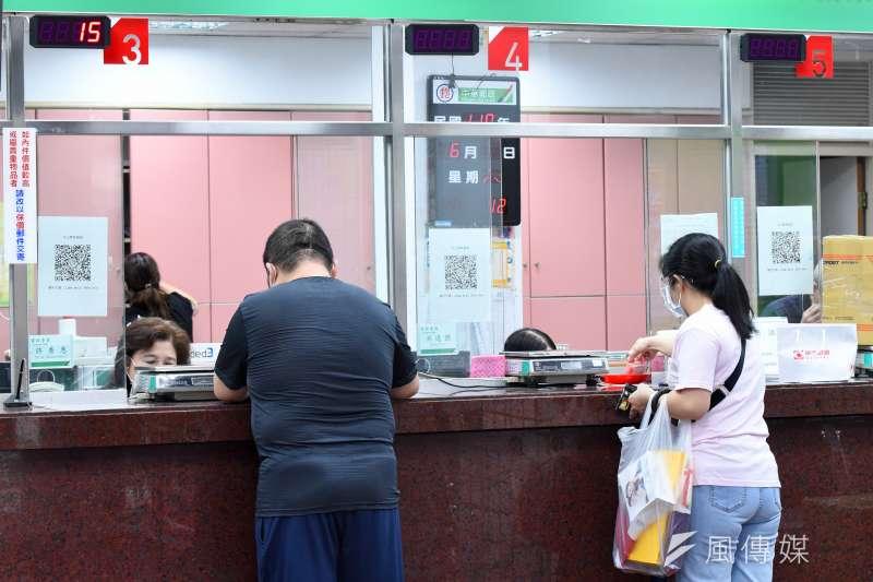 20210605-民眾至郵局領取紓困金配圖。(顏麟宇攝)