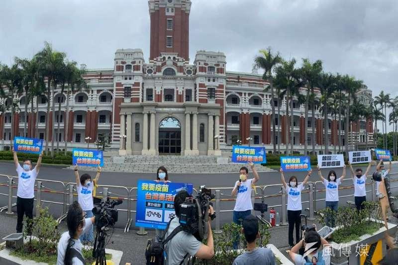國民黨團5日上午到總統前喊話,要求總統蔡英文開放民間疫苗輸台。(國民黨團提供)