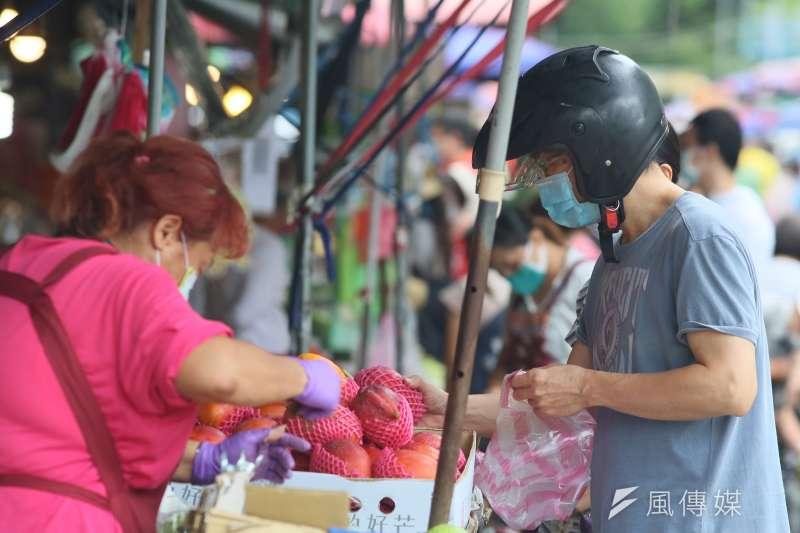 民眾進入菜市場、超市等公共場所,買菜期間要如何確實做好防疫?(資料照,柯承惠攝)