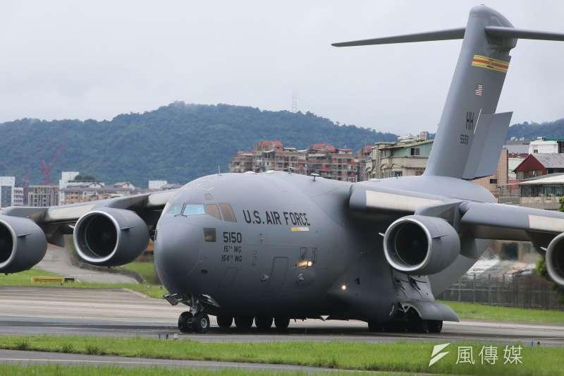 20210606-美國聯邦參議員達克沃絲、蘇利文及昆斯組成的訪問團6日搭乘美國運輸機C-17訪台,宣布美國將捐贈台灣75萬劑疫苗。(柯承惠攝)