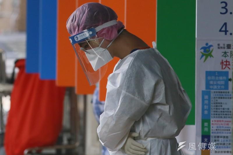 圖為醫院急診室全身穿著防護裝備的第一線醫護人員。(柯承惠攝)