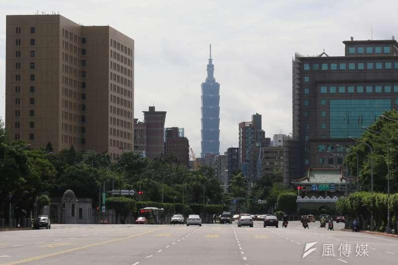 疫情三級警戒延至7月12日,台北街頭經常空空如也,經濟受到重創。(柯承惠攝)