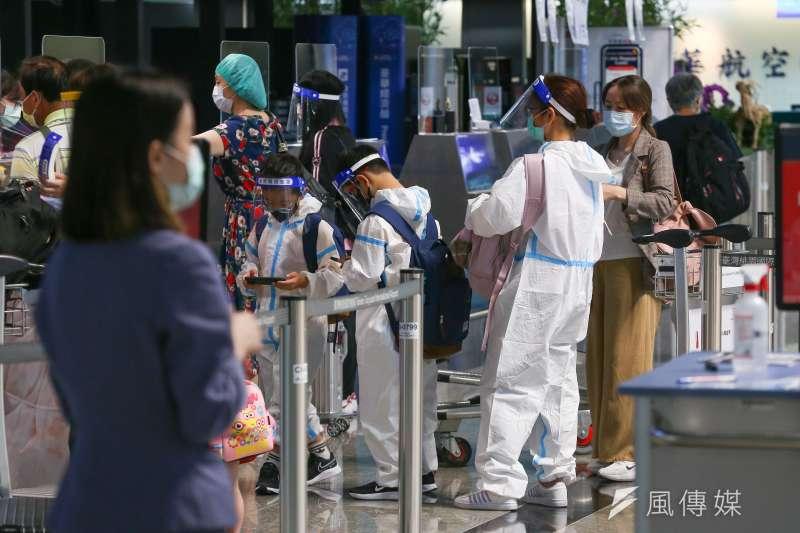 本土疫情嚴峻,桃機出現出國人潮。示意圖。(資料照,顏麟宇攝)