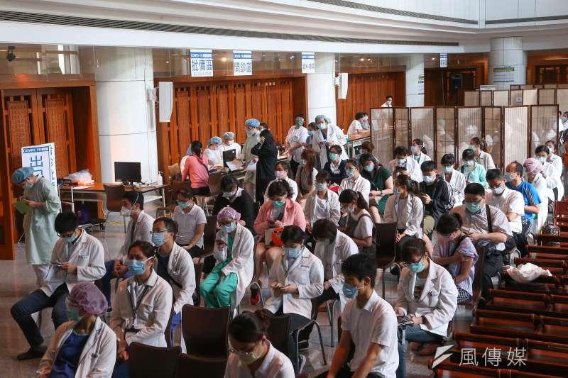 台灣民間和企業捐贈疫苗,其中慈濟在23日也向食藥署遞件申請捐贈500萬劑BNT疫苗。(資料照,顏麟宇攝)