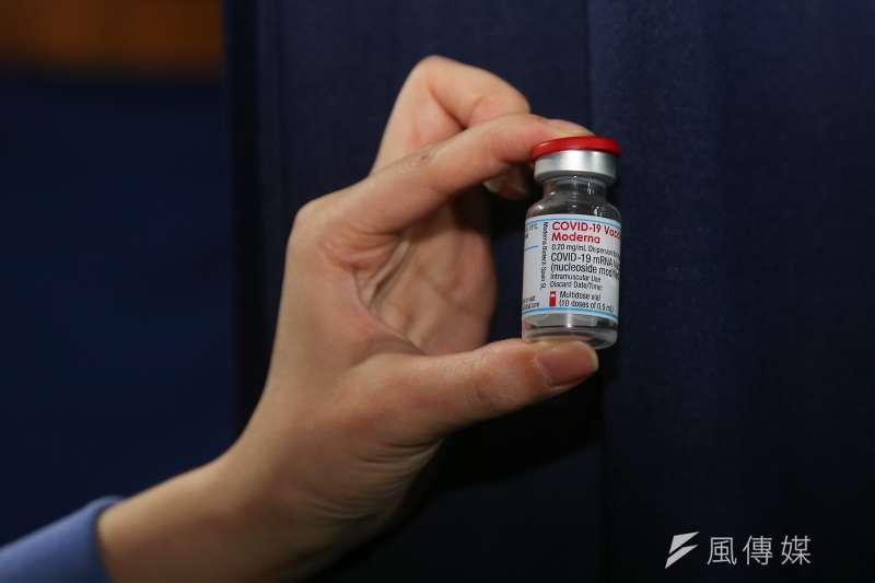 中央流行疫情指揮中心指揮官陳時中宣布,即日起開放6月9日至7月9日間,已接種第1劑莫德納疫苗的第1至第3類對象接種第2劑。(資料照,顏麟宇攝)