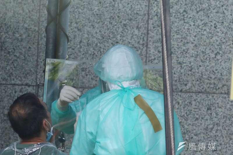 台北市政府9日在壹電視大樓外設立機動快篩站,首波先替紅區大樓共160多人篩檢。示意圖,與新聞個案無關。(資料照,柯承惠攝)