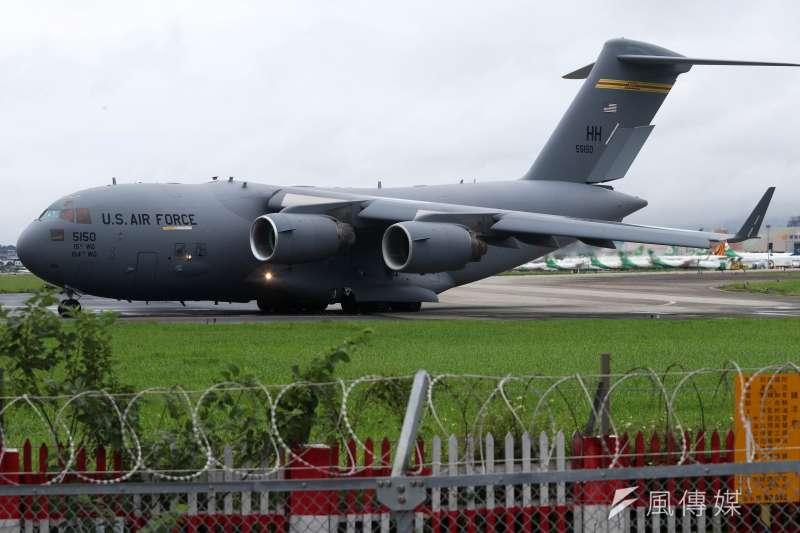 6月6日,美軍C-17A運輸機降落松山機場,除該型機首度在台起降,同時也是松機首次贏來戰略運輸機,狀況相當罕見。(蘇仲泓攝)