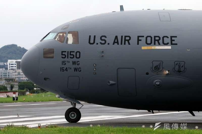20210611-此次擔任美國參議員訪問團專機的C-17A運輸機,只在台北停留3個多小時。機身上的美國空軍塗裝相當高調,多被認為有向中國釋放政治訊號的意味。(蘇仲泓攝)