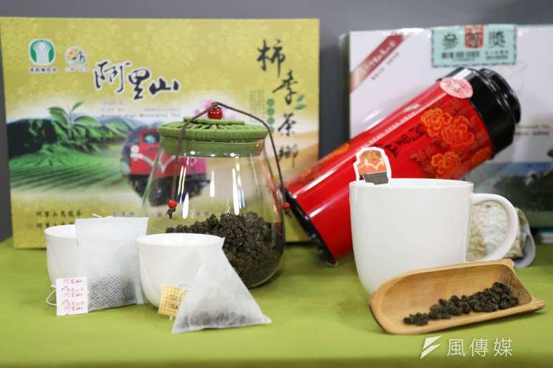 嘉義縣長在防疫直播中大推阿里山高山茶,希望民眾端午在家喝好茶,減少外出。(圖/嘉義縣政府提供)