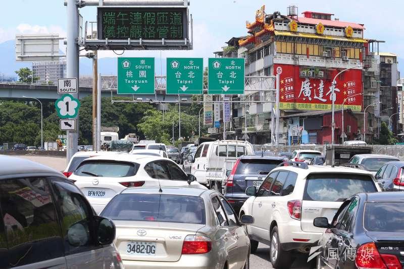 國道實施匝道儀控,導致車流嚴重回堵,三重交流道出現大塞車場面。(顏麟宇攝)