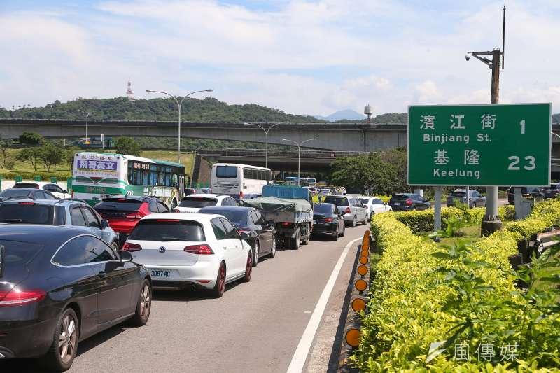 國道實施匝道儀控,導致車流嚴重回堵,出現大塞車場面。(顏麟宇攝)