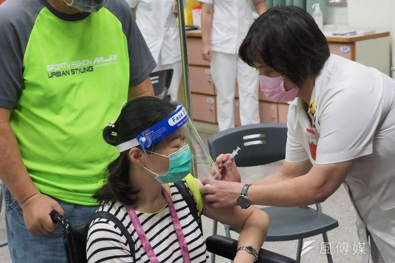 黃軒醫師表示,疫苗的主要作用並非預防新冠肺炎感染,而是預防病情加重,接種疫苗後仍有感染機率,應持續提高警覺。(資料照,柯承惠攝)