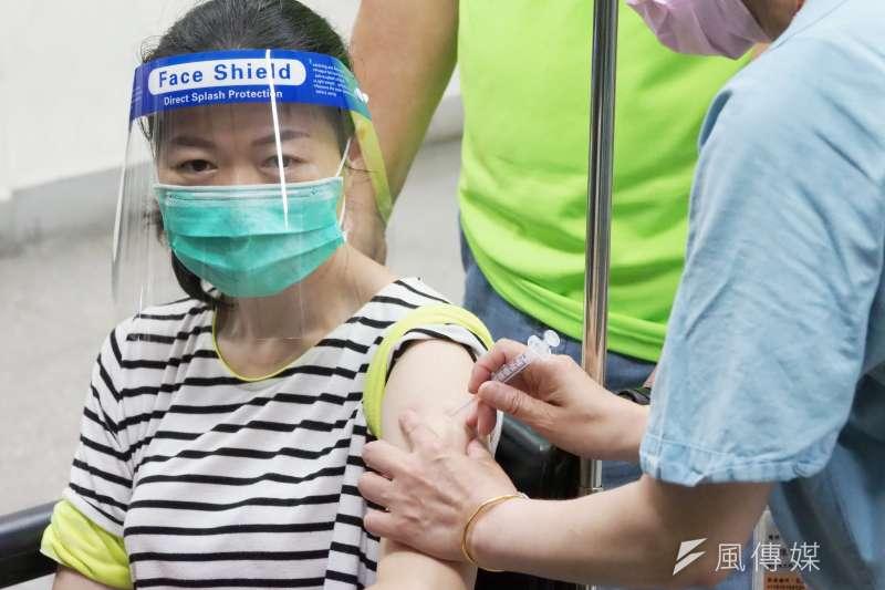 疫苗奇缺,「特權先打疫苗」成為新的獵巫運動。圖為台北長庚醫院演練疫苗施打流程。(柯承惠攝)