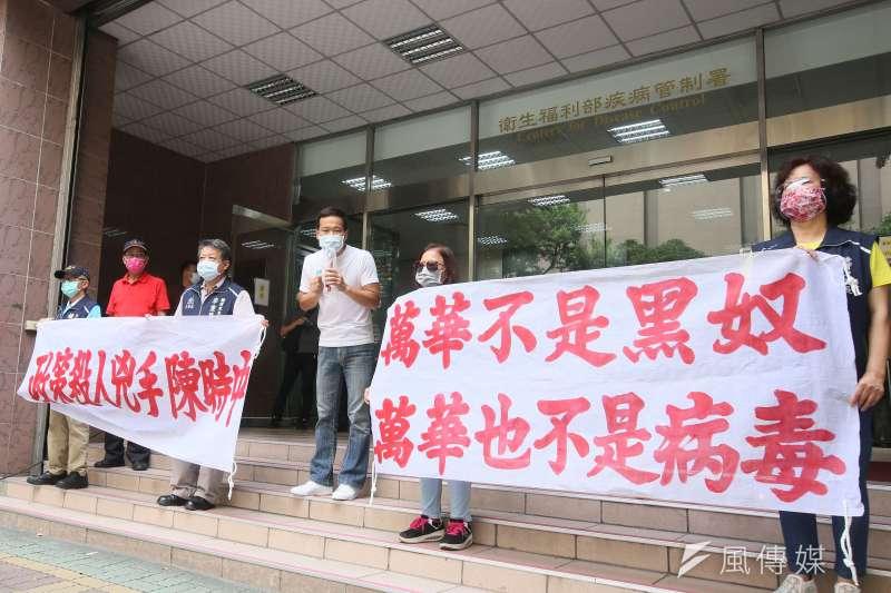 台北市議員鍾小平(右三)與萬華區里長15日至疾管署抗議,要求撤換衛福部次長石崇良。(柯承惠攝)