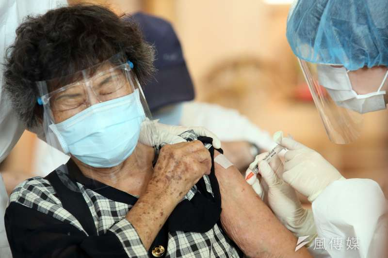 台灣連續4天確診數都不到200人,並啟動大規模疫苗接種,外界關注疫情警戒是否可能由三級下修。(柯承惠攝)