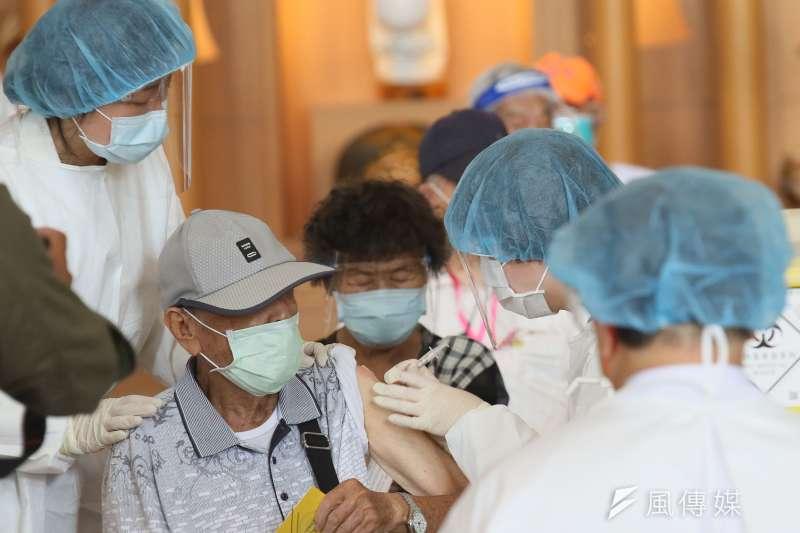 英國執業醫師葉庭瑜分享數據指出,英國這波疫情其實死亡率很低,這主要歸功於大規模的疫苗覆蓋。(柯承惠攝)
