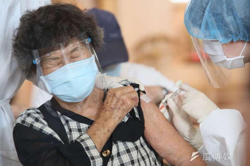 台北市85歲以上長者今(15)日開始接種新冠肺炎疫苗。(示意圖/資料照)