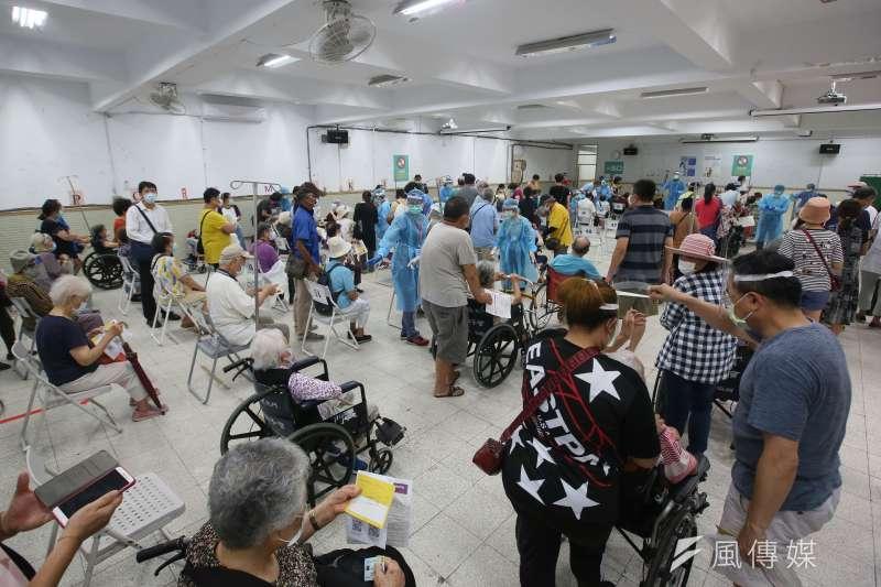 20210615-台灣新冠肺炎三級警戒,各地疫苗接種站15日同步為民眾施打新冠肺炎疫苗,圖為台北市萬芳醫院接種站民眾等待施打疫苗。(柯承惠攝)