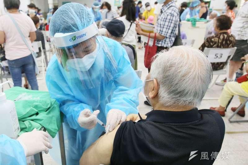 政府視疫苗為戰略產業。圖為日本捐贈的AZ疫苗開打。(柯承惠攝)