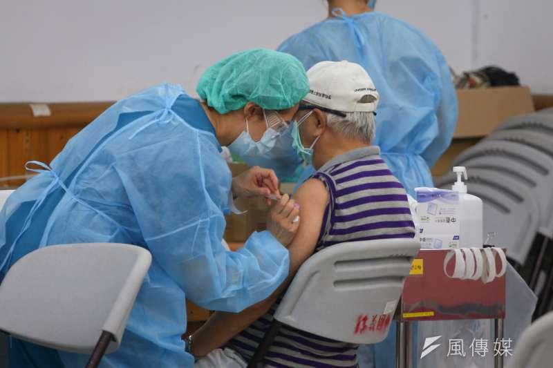 全台開打日本捐贈的AZ疫苗,其中以高齡長者接種人數最多。(資料照,顏麟宇攝)