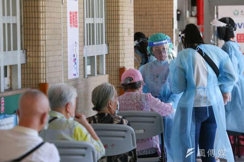 AZ疫苗開始為長者施打,傳出若干猝死案例。(顏麟宇攝)