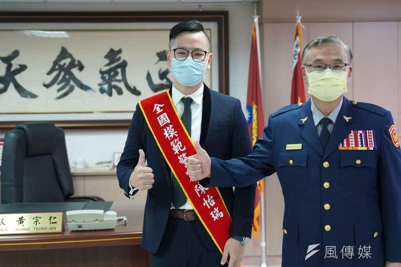 永和分局陳怡瑞(左)榮獲全國僅28位模範警察殊榮,局長黃宗仁表揚稱讚。(圖/新北市警察局提供)
