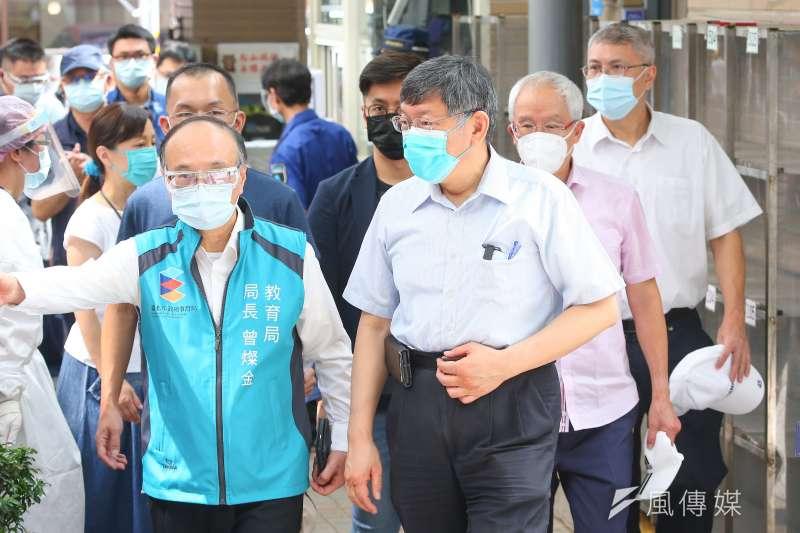 全台開放長者接種疫苗後,傳出不少死亡案例,引發關注。台北市長柯文哲18日至北市民生國小視察年長者接種新冠疫苗狀況。(顏麟宇攝)