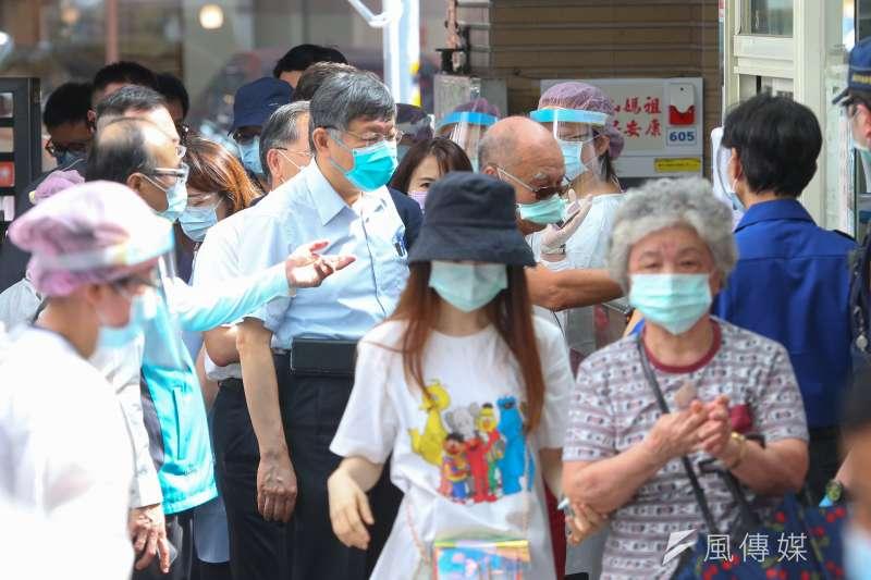 柯文哲(左二)宣布台北市年長者接種新冠疫苗開放至75歲、原住民65歲以上預約施打。(資料照,顏麟宇攝)