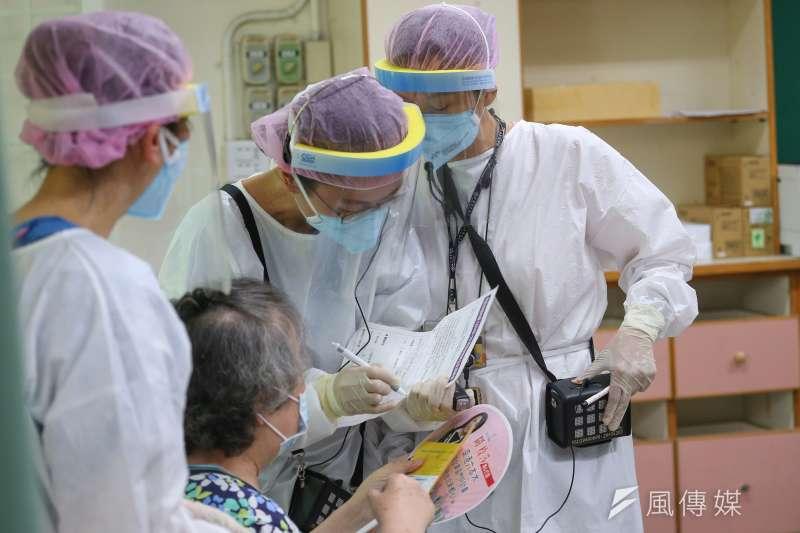 全台近日開放年長者施打AZ疫苗,但傳出零星死亡案例。非關新聞個案。(資料照,顏麟宇攝)