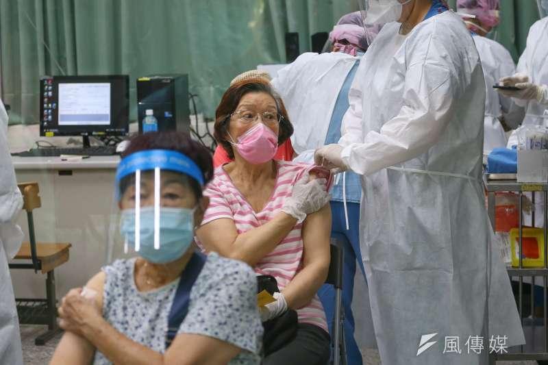 年長者施打新冠肺炎AZ疫苗。(資料照,顏麟宇攝)