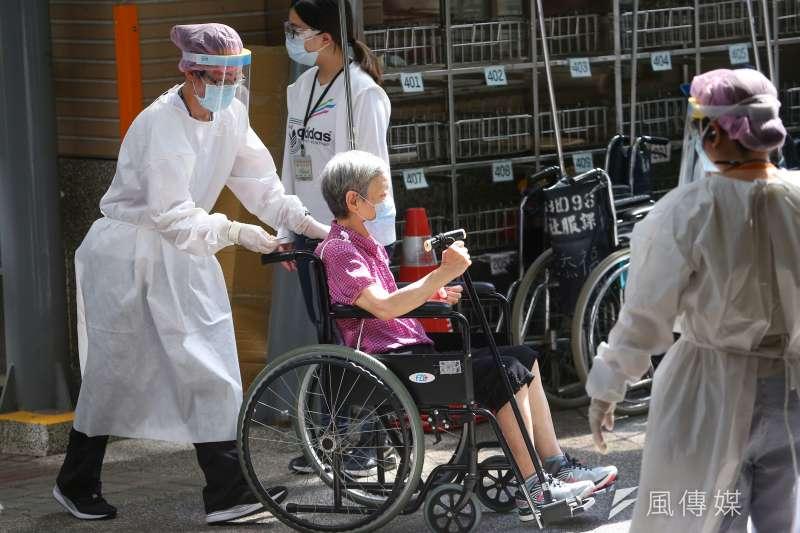 日本率先援台AZ疫苗,讓台灣能夠順利繼一、二、三類之後為高齡者施打疫苗;但接下來卻發生數百位長者在打完疫苗後過世的悲劇。(資料照片,顏麟宇攝)