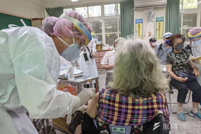 士林區某護理之家爆發新冠肺炎群聚案,圖非當事人。(顏麟宇攝)