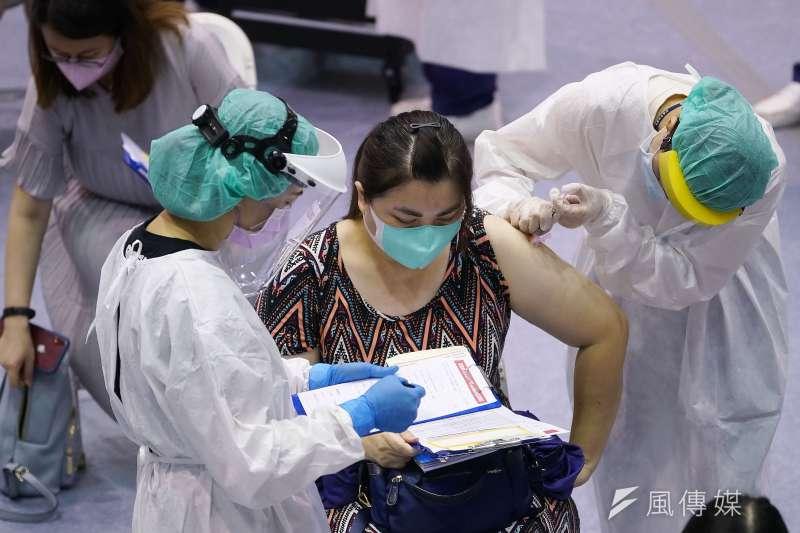 國內已有5人完整接種兩劑疫苗仍染疫,陳時中指出,疫苗保護力並非百分百。示意圖,與新聞個案無關。(資料照,盧逸峰攝)