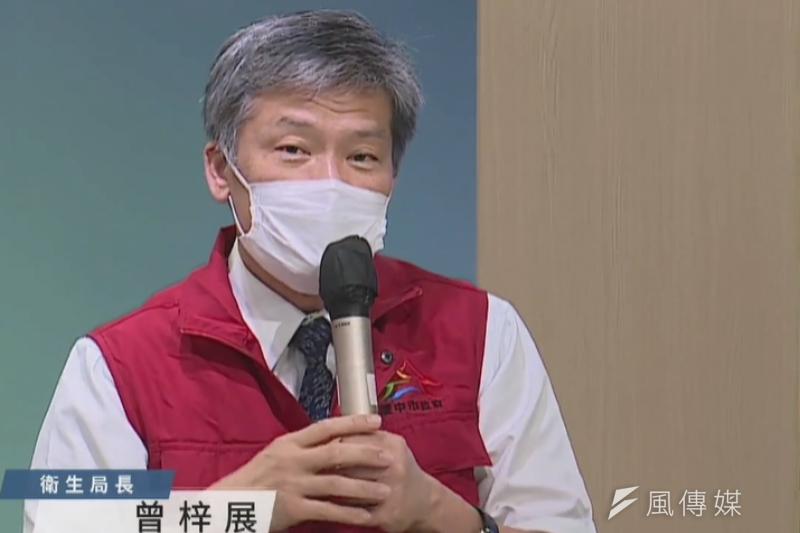 台中市府衛生局長曾梓展說明台中23日新增5例疑因施打疫苗後死亡案例,至今已累計30例。(圖/記者王秀禾攝)