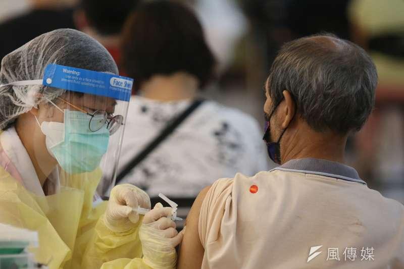 台灣人打疫苗最常出現哪些副作用?指揮中心3日公布,接種後常見副作用症狀包含注射部位疼痛、疲倦與肌肉痛,但接種後7天內多數症狀會趨向緩解。(資料照,柯承惠攝)