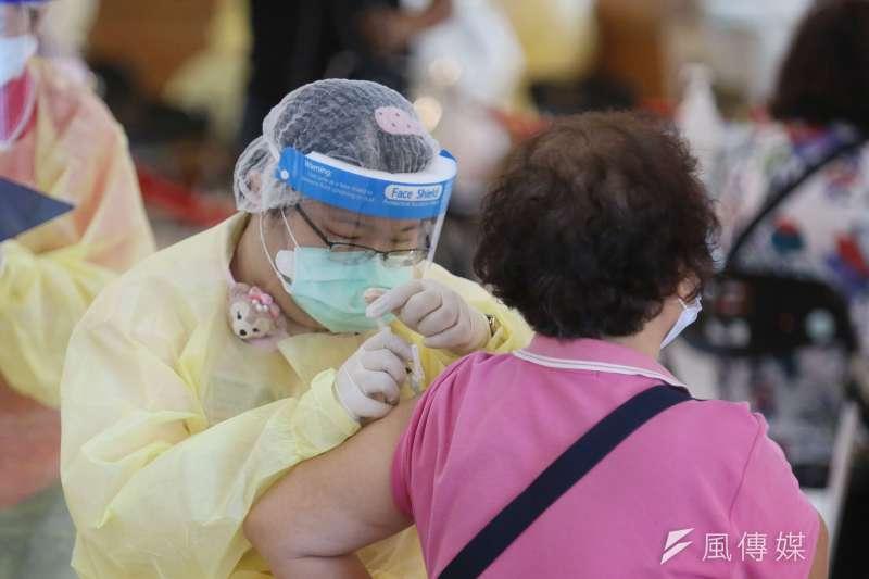 臺大醫院院長吳明賢表示,根據歐盟調查,AZ對60歲以上長輩是相對安全的。(示意圖/資料照)