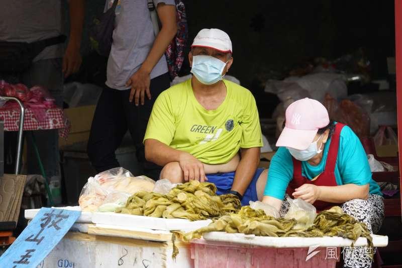 20210624-疫情配圖,新竹市場攤販配戴口罩。(盧逸峰攝)