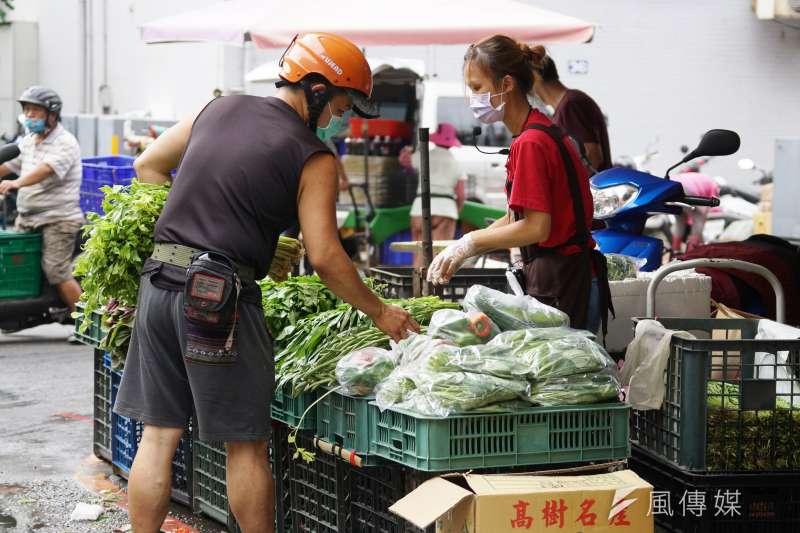 許多人擔心市場的蔬果是否有殘留病菌,毒理醫學專家招名威指出,病毒在蔬果上可以存活24小時,民眾採買時務必做好3步驟確保安全。(資料照,盧逸峰攝)