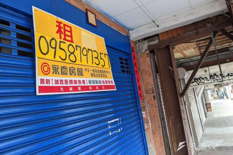 20210625-三級警戒延續至7月12日,逐漸出現店面倒閉,高掛租屋告示牌。(顏麟宇攝)