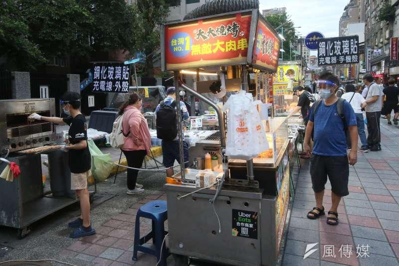 民眾都關心下周是否能解封或微解封,圖為台北市微解封後的夜市。(柯承惠攝)