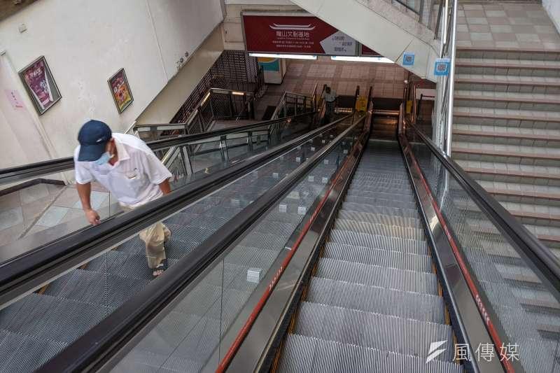 因應新冠肺炎疫情三級警戒,北市萬華龍山寺地下街攤商仍持續停業。(資料照,顏麟宇攝)