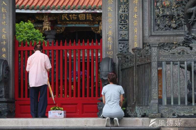 20210629-因應新冠肺炎疫情三級警戒,萬華龍山寺仍持續關閉謝絕香客入內。(顏麟宇攝)
