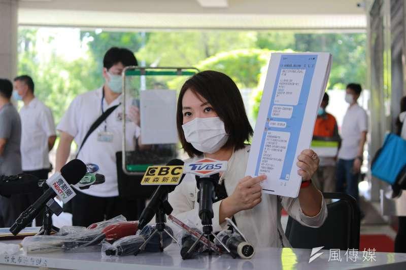 針對好心肝診所風波,台北市議員簡舒培1日下午在北市議會召開記者會,並公開衛生局LINE對話截圖。(方炳超攝)