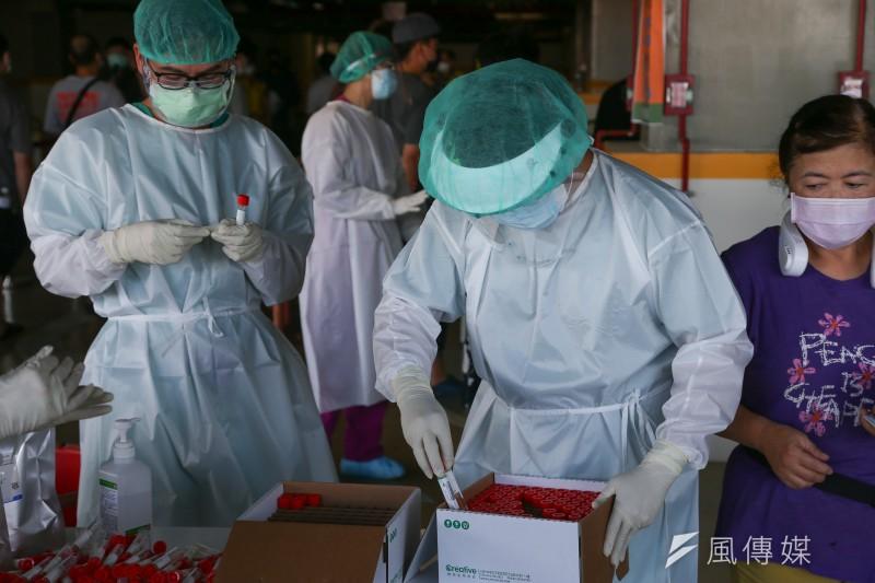 作者表示,近期媒體過度報導打疫苗,而假新聞在疫情期間也飆升到了前所未見的高點。示意圖。(資料照,顏麟宇攝)