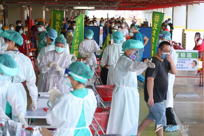20210701-為防堵新冠肺炎Delta變種病毒,北市環南市場1日設立篩檢站,於兩日內將市場攤商全數採檢。(顏麟宇攝)