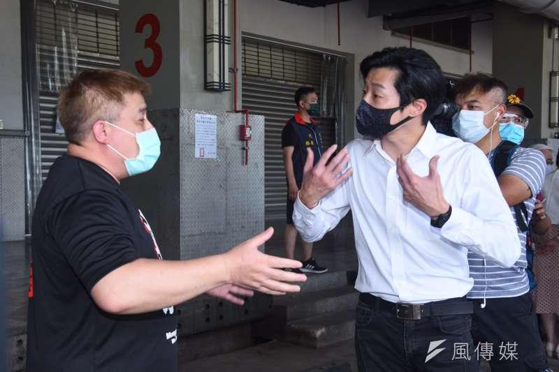 林昶佐(右)在出席聯合記者會嗆聲北市府,卻遭攤商反嗆。(資料照,顏麟宇攝)