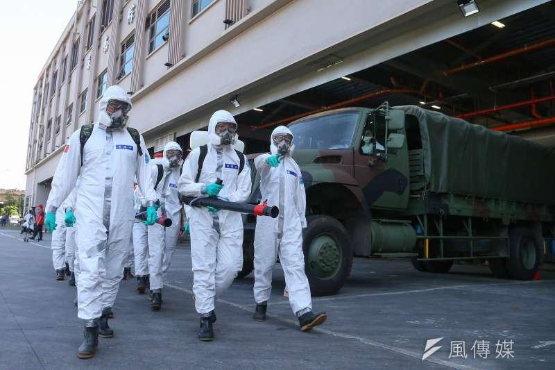 台北市府2日緊急封閉環南市場,委託陸軍33化學兵群擴大消毒。(資料照,顏麟宇攝)